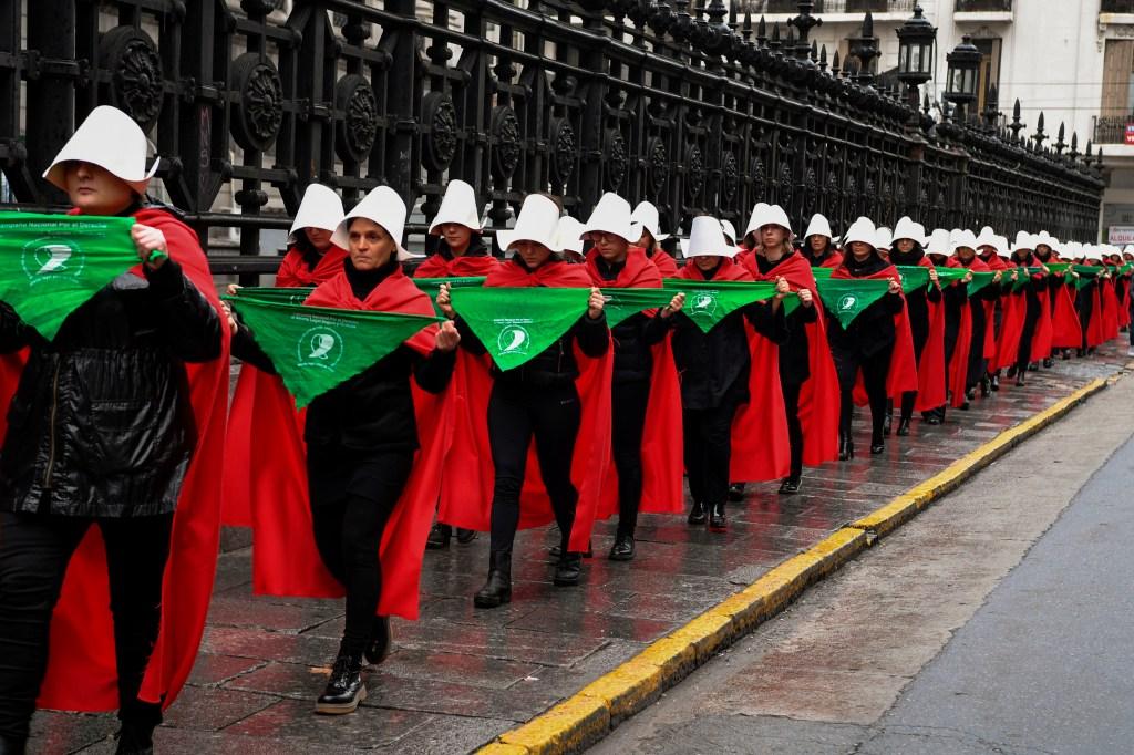 """Activistas a favor del aborto se manifiestan vestidas de criadas, como la protagonista de """"The Handmaid's Tale"""", la novela de Margaret Atwood. El 25 de julio de 2018, durante el debate en el Senado. (Crédito: EITAN ABRAMOVICH/AFP/Getty Images)"""
