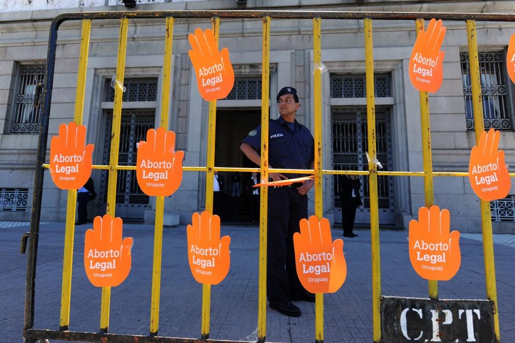 Manos a favor del aborto colgadas del Senado de Uruguay cuando se debatía sobre la legalización de la interrupción voluntaria del embarazo en el país en 2011. (Crédito: DANIEL CASELLI/AFP/Getty Images)