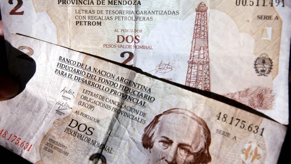 Argentina ha quitado ceros a su moneda cuatro veces en su historia: la primera fue en 1970, cuando quitó dos ceros. Después en 1983 quitó cuatro ceros y, en 1985, tres ceros. La siguiente (y última) fue durante la importante crisis de principios de la década de los 90. En 1992 volvieron a quitar 4 ceros.(Crédito: Darren McCollester/Getty Images)