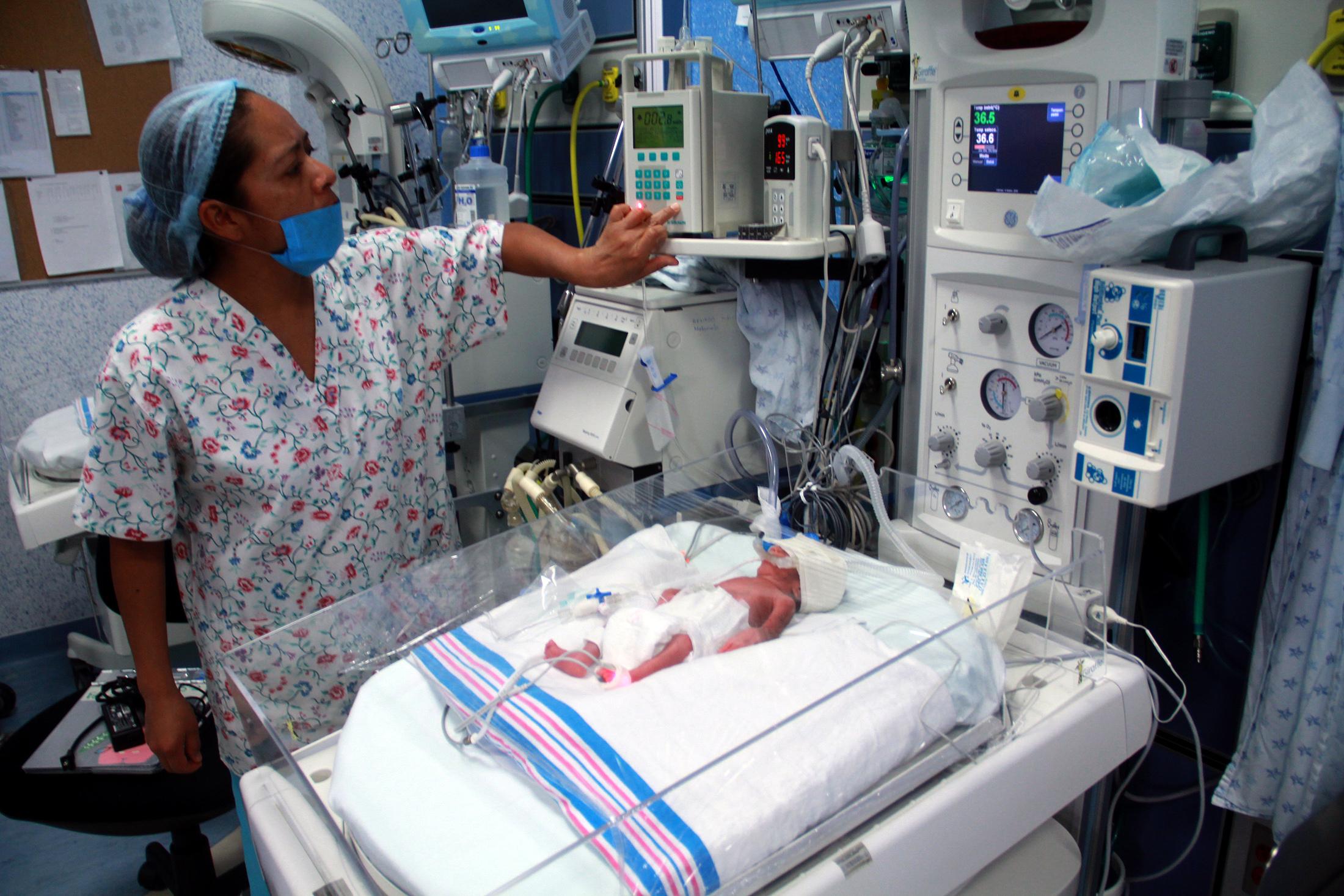 Imagen de archivo de una enfermera con un bebé en Michoacán, México, en 2013. (Crédito: ENRIQUE CASTRO/AFP/Getty Images)
