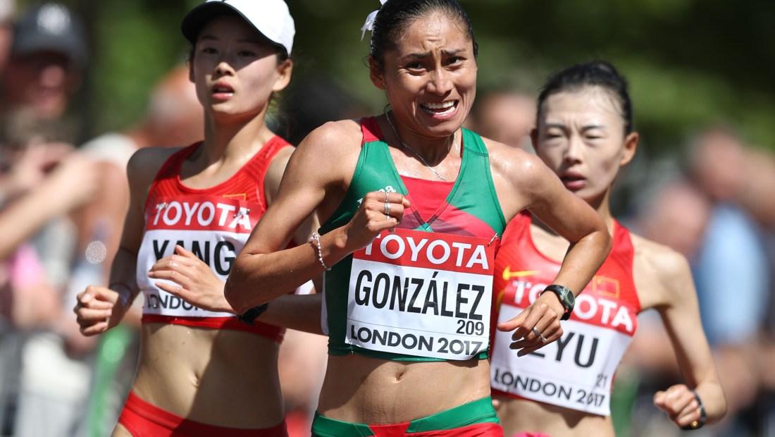 Lupita González, en primer plano, en los 20 kilómetros Marcha del Mundial de 2017 en Londres. (Crédito: DANIEL LEAL-OLIVAS/AFP/Getty Images)