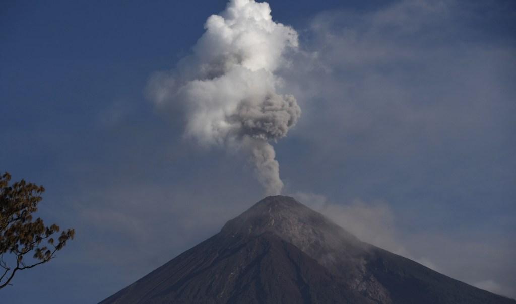 El Volcán Fuego expulsando humo y cenizas el 11 de junio. (Crédito: JOHAN ORDONEZ/AFP/Getty Images)
