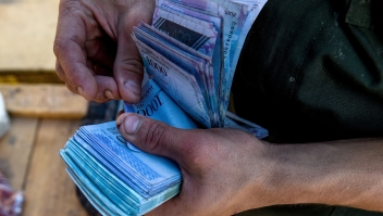 El Gobierno de Venezuela anunció que eliminará cinco ceros al bolívar, y que el valor de éste dependerá de la criptomoneda Petro. (Crédito: FEDERICO PARRA/AFP/Getty Images)