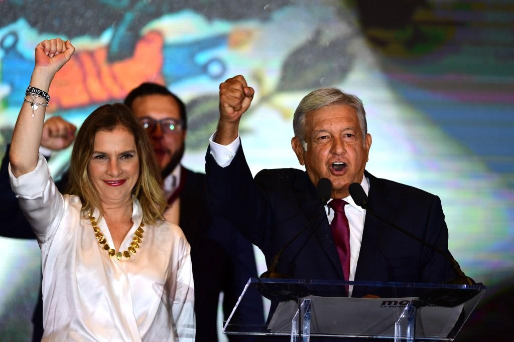Beatriz Guitiérrez Müller y Andrés Mauel López Obrador en la noche de las elecciones. (Crédito: PEDRO PARDO/AFP/Getty Images)