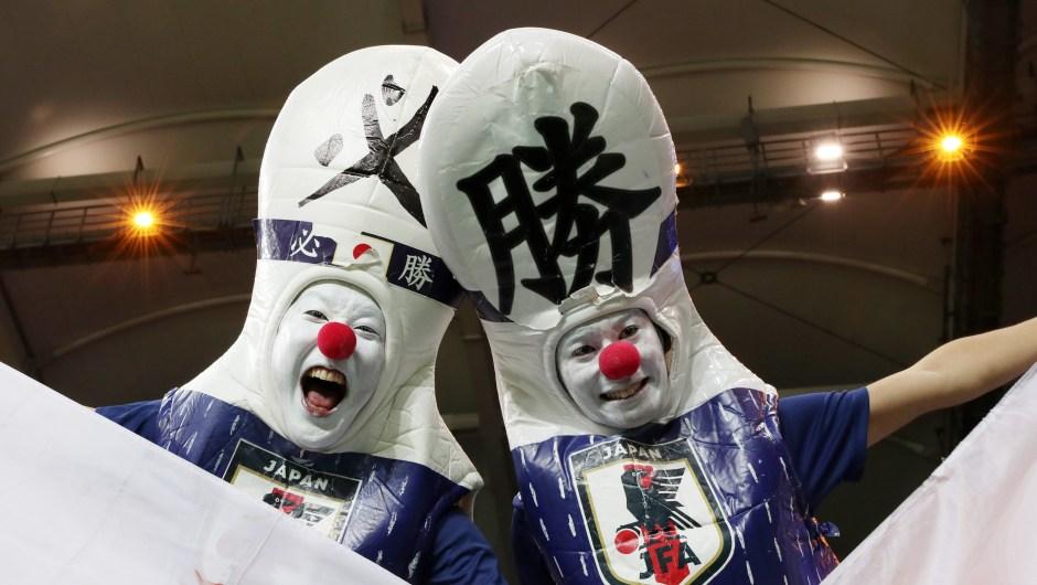 Dos fanáticos de Japón disfrutan de la atmósfera antes del partido contra Bélgica. (Crédito: Catherine Ivill/Getty Images)