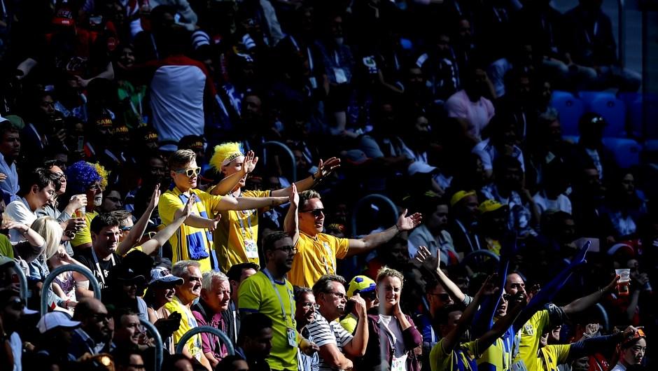 Fanáticos de Suecia muestran apoyo a su equipo en el partido contra Suiza. (Crédito: Richard Heathcote/Getty Images)
