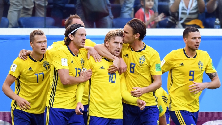 El equipo de Suecia celebra su primer gol ante Suiza: lo marcó Emil Forsberg en el minuto 66. (Crédito: PAUL ELLIS/AFP/Getty Images)