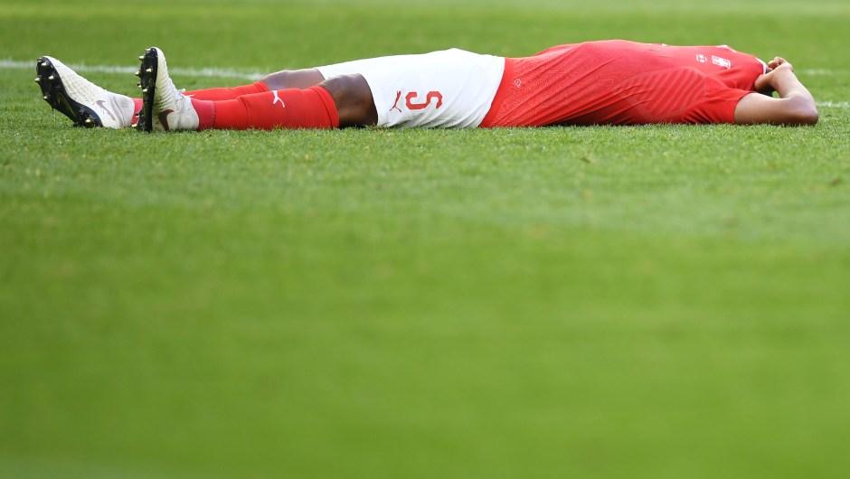La reacción del suizo Manuel Akanji tras perder en octavos de final contra Suecia. (Crédito: PAUL ELLIS/AFP/Getty Images)
