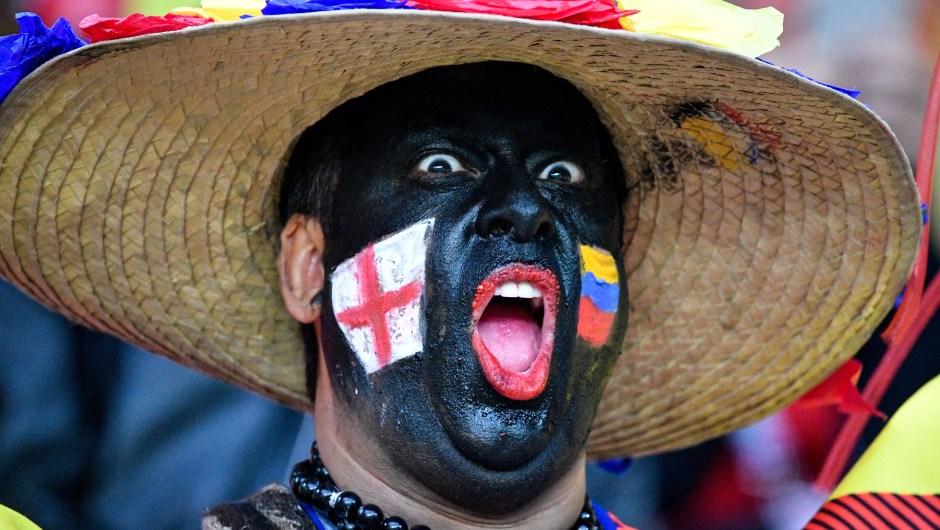 Un hombre con las banderas de Inglaterra y Colombia antes del partido que enfrentará a ambas selecciones. (Crédito: ALEXANDER NEMENOV/AFP/Getty Images)