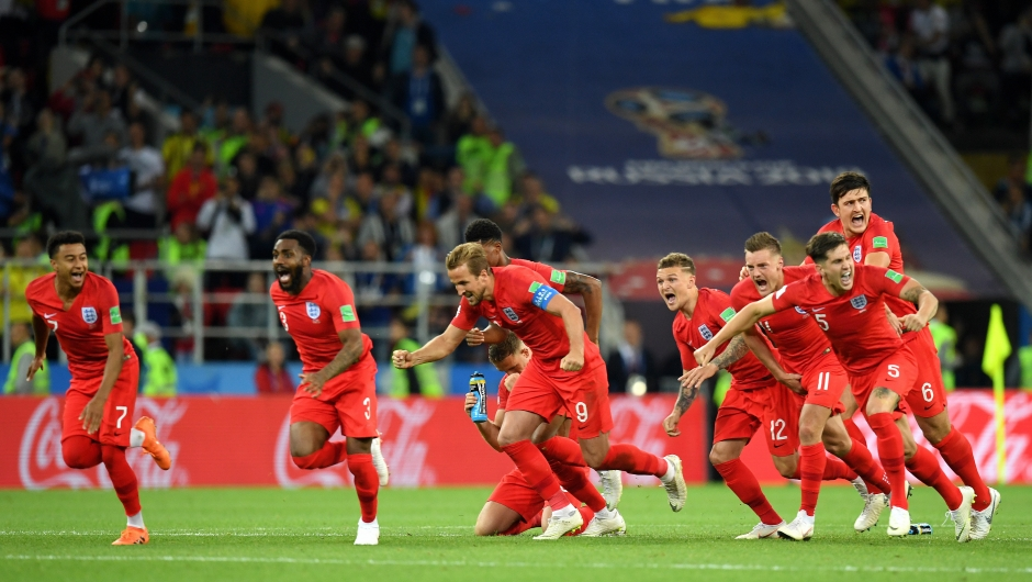 El equipo de Inglaterra celebra pasar a cuartos de final tras ganar a Colombia en los penales. (Crédito: Matthias Hangst/Getty Images)