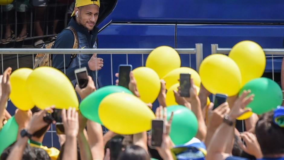 Los fanáticos de Brasil aplauden a Neymar cuando llega a su hotel de concentración antes del partido ante Bélgica. (Crédito: LUIS ACOSTA/AFP/Getty Images)
