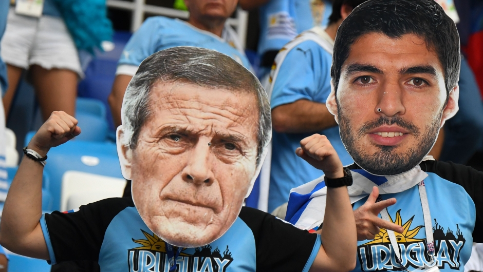 Fanáticos de Uruguay con caretas gigantes del entrenador de la selección, Oscar Washington Tabárez, y del delantero Luis Suárez antes del partido ante Francia. (Crédito: MARTIN BERNETTI/AFP/Getty Images)