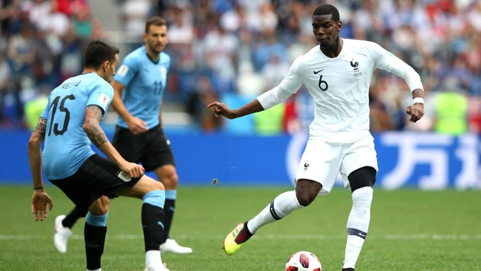 Maximiliano Pereira de Uruguay ejerce presión sobre Paul Pogba de Francia en los primeros minutos del partido que decidirá qué selección pasa a las semifinales del Mundial. (Crédito: Alex Livesey/Getty Images)