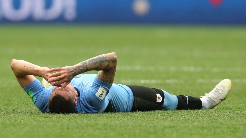 El uruguayo Jose Gimenez llora en el suelo tras perder en los cuartos de final. Francia se enfrentará al que gane en el partido entre Brasil y Bélgica. (Crédito: Alexander Hassenstein/Getty Images)