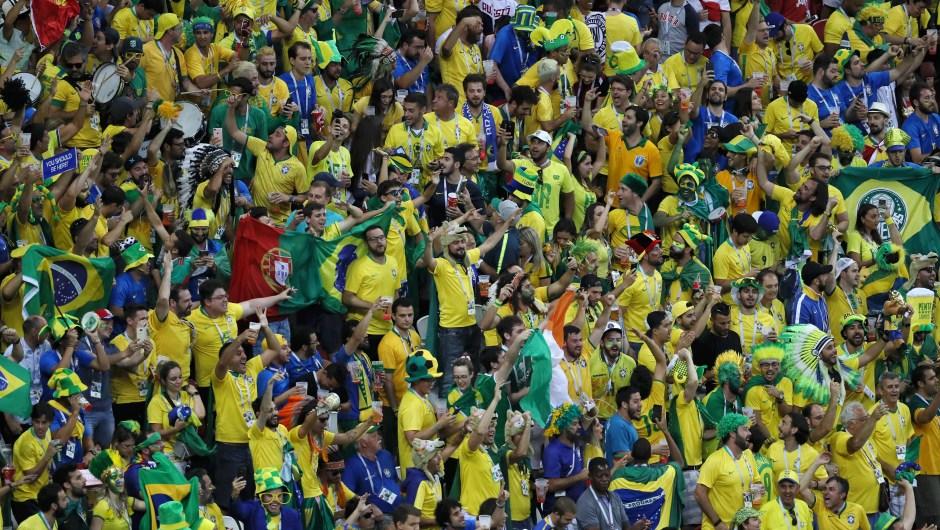 La grada de los fanáticos de Brasil es un hervidero antes del partido contra Bélgica. El ganador del encuentro pasa a semifinales y se enfrentará a Francia. (Crédito: Kevin C. Cox/Getty Images)