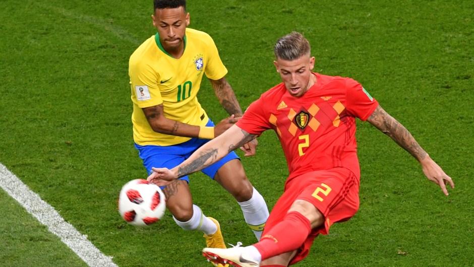 Neymar, de Brasil, y Toby Alderweireld, de Bélgica, se enfrentan en los primeros minutos del partido entre ambas selecciones. El ganador irá a semifinales. (Crédito: SAEED KHAN/AFP/Getty Images)