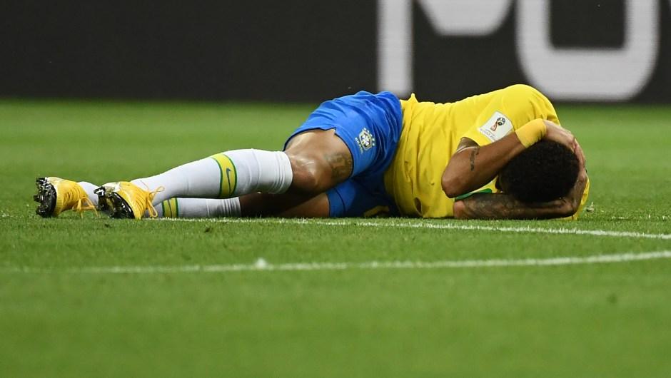 Neymar, jugador de Brasil, en el suelo durante el partido contra Bélgica. El jugador ha sido objeto de burlas por las veces que se tira al suelo y se queja de faltas. (Crédito: JEWEL SAMAD/AFP/Getty Images)