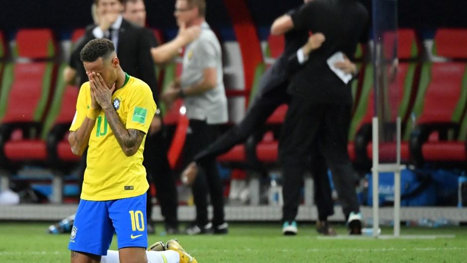 Neymar llora y se tapa la cara tras perder la selección de Brasil contra la de Bélgica. (Crédito: EMMANUEL DUNAND/AFP/Getty Images)