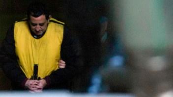 El sacerdote chileno Óscar Muñoz a la salida del juzgado en Rancagua tras ser detenido por presuntos abusos sexuales. (Crédito: CLAUDIO REYES/AFP/Getty Images)