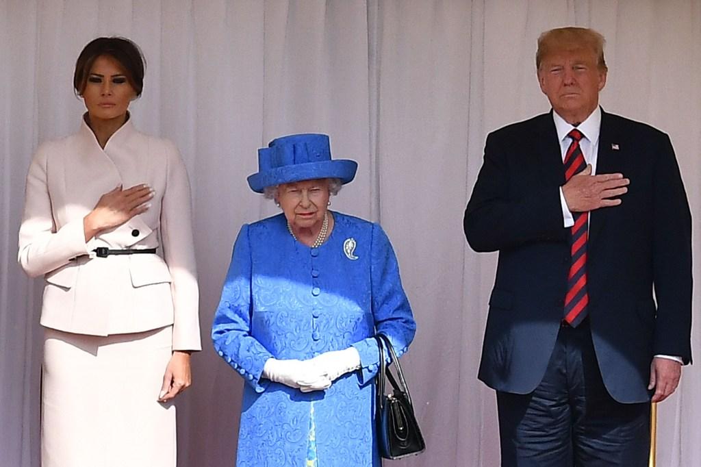 Isabel II de Inglaterra escucha junto a Donald y Melania Trump el himno nacional de Estados Unidos interpretado por la Guardia Real este 13 de julio de 2018. (Crédito: BEN STANSALL/AFP/Getty Images)