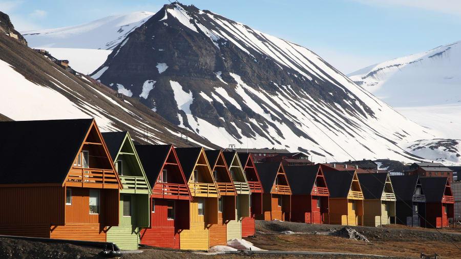 Longyearbyen, Noruega: casi 1.000 kilómetros al sur del Polo Norte, esta comunidad fue fundada en 1906 por el estadounidense John Munroe Longyear (de ahí el nombre).