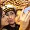Un grupo de chicas se hace un selfie.