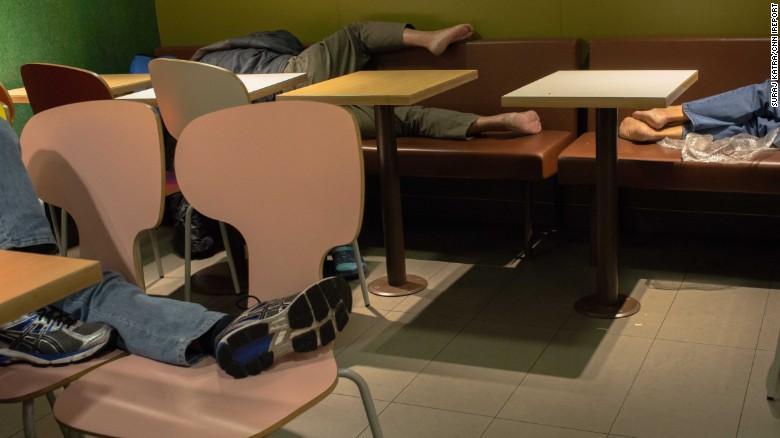 Personas durmiendo en un McDonald's en 2015.