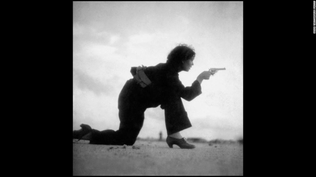 Fotografía tomada por Gerda Taro en la que se ve a una miliciana entrenando en Barcelona durante la Guerra Civil.