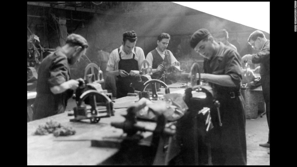 Hombres trabajan en una fábrica en Madrid en 1937. En ese año, Madrid resistía ante el ejército de Franco.