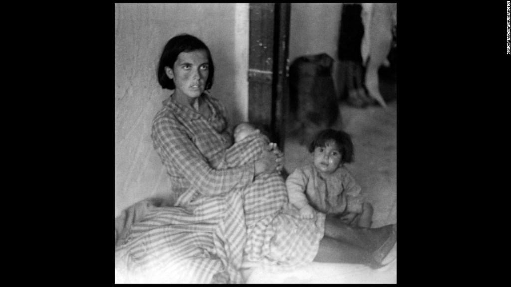 Refugiadas de Málaga, al sur de España, a su llegada a Almería (también al sur) huyendo de las tropas de Franco.