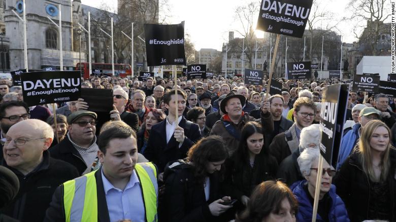 Los miembros de la comunidad judía protestan contra el líder del Partido Laborista Jeremy Corbyn en marzo.