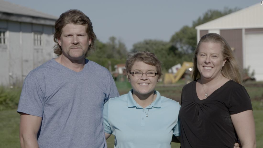 Alyssa Gilderhus con sus padres meses después de que la ayudaran a escapar de la Clínica Mayo.