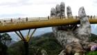 """Estas manos gigantes """"sostienen"""" un nuevo puente en Vietnam"""