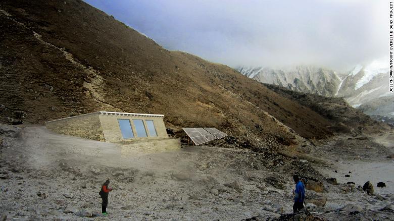 Para hacer frente a este problema, Porter comenzó a trabajar en un digestor de biogas que pueda operar en el duro clima del Everest.