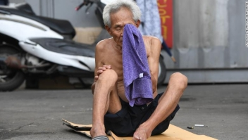 Un anciano se limpia la cara con una toalla durante un día caluroso en un barrio residencial de Seúl.