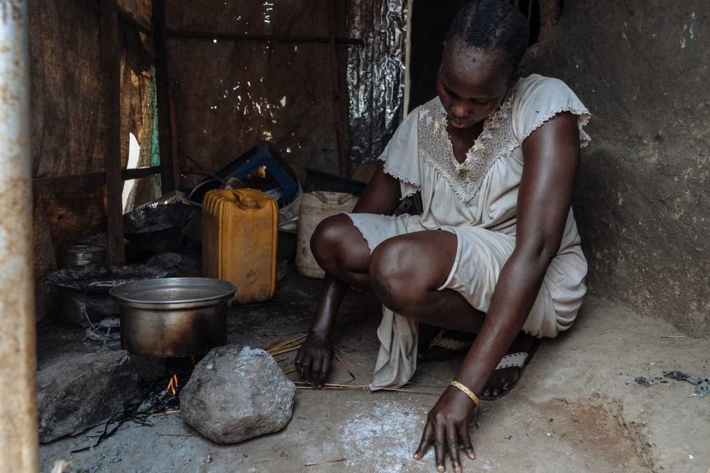 Angeline, una mujer de Sudán del Sur, fotografiada haciendo un fuego en su cocina. (Crédito: Hannah Reyes Morales)