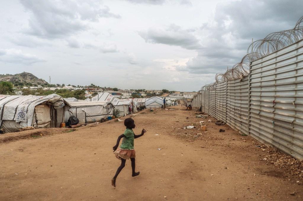 Una niña corre dentro del campamento, el más grande de la capital. (Crédito: Hannah Reyes Morales).