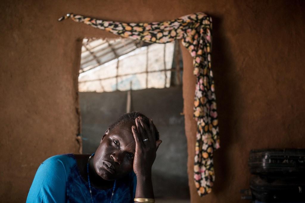 Nykeer Mut, una líder de mujeres de una de las zonas del campamento, dice que fue violada en su camino para conseguir leña. (Crédito: Hannah Reyes Morales)