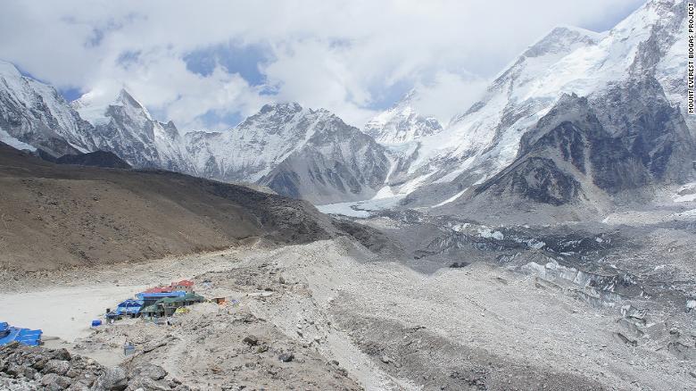 Los desechos humanos se vierten cerca del lago congelado Gorak Shep.