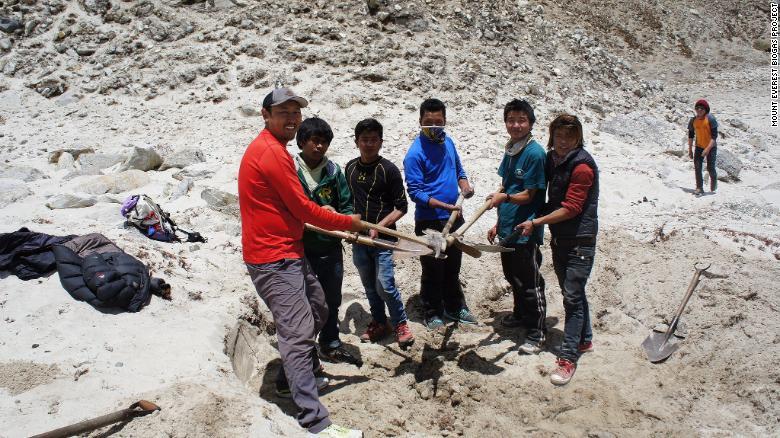 InvestigadInvestigadores de las universidades de Seattle y Katmandú han llevado a cabo pruebas para ver si la tecnología funciona. Porter estima que el primer digestor costará como medio millón de dólares.ores del Proyecto de Biogás del Monte Everest prueban el suelo en Gorak Shep.