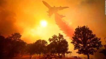 Un avión trata de apagar las llamas de un incendio en California en agosto de 2018. (Crédito: Kent Porter / The Press Democrat) 2018