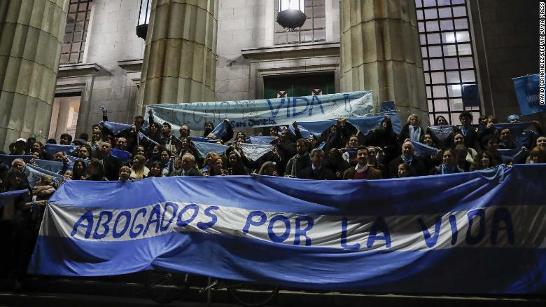 August 6, 2018 - Buenos Aires, Argentina - Dozens of people, members of groups against the approval of legal abortion, participate in a rally, in front of the Faculty of Law of the University of Buenos Aires, Argentina, 06 August 2018. The decriminalization and legalization of abortion faces its final vote in the Argentine Senate on August 8, after overcoming the first vote, in the Chamber of Deputies, in June. (Credit Image: ?? David Fern????Ndez/EFE via ZUMA Press)