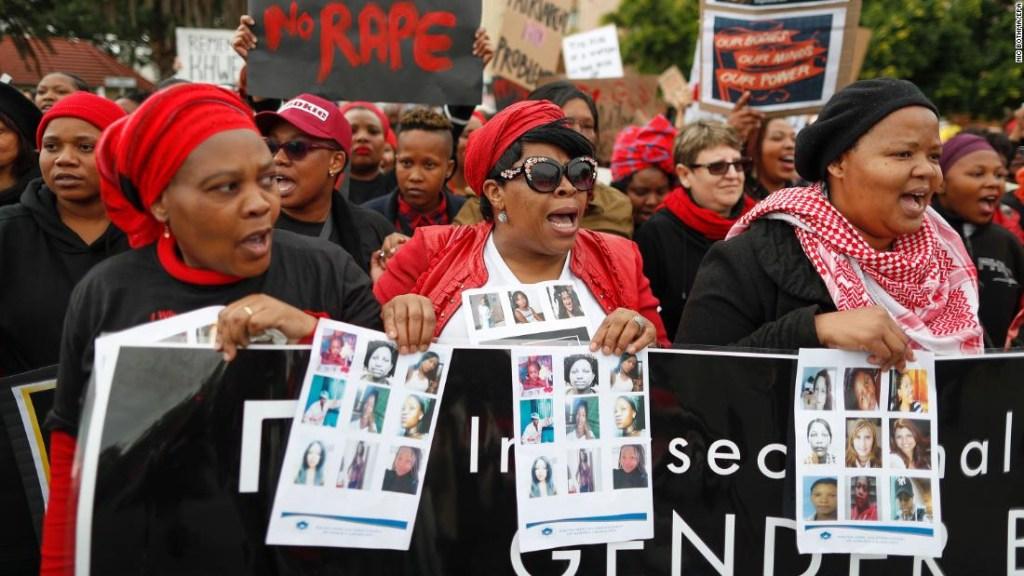 Mujeres sudafricanas protestan contra la violencia de género en Ciudad del Cabo, Sudáfrica, el 1 de agosto de 2018. (Crédito: EPA-EFE/NIC BOTHMA)
