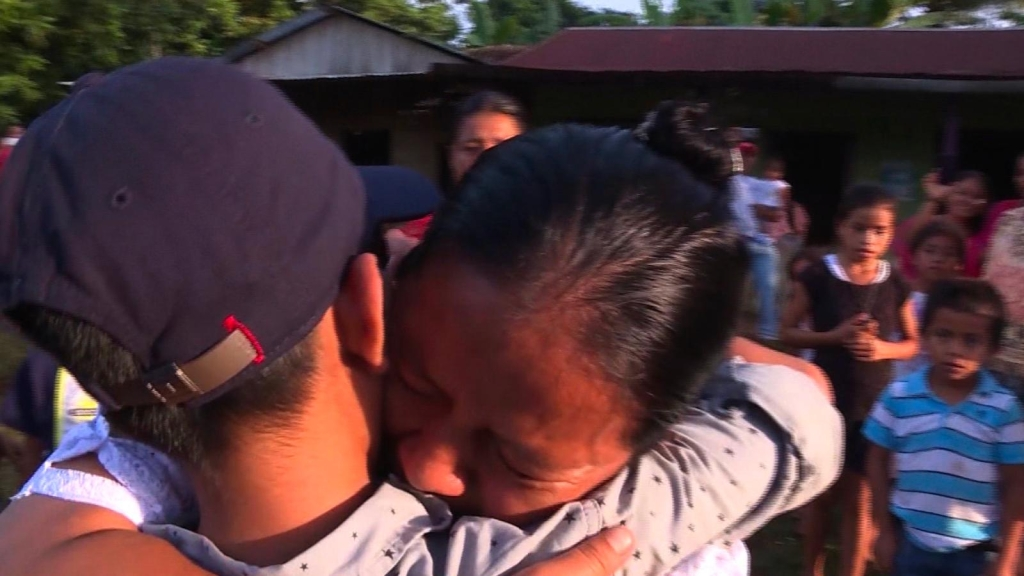 Madre se reencuentra con su hijo tras ser separado por la política de tolerancia cero de Trump