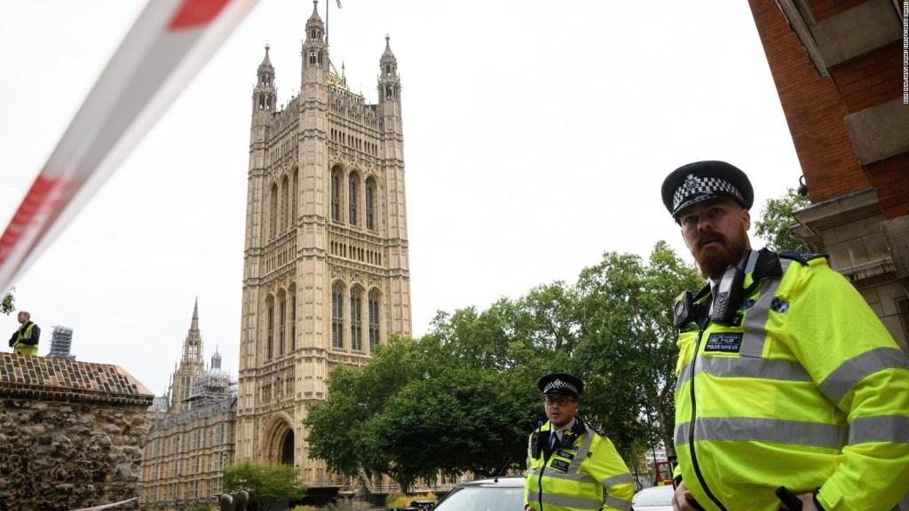 Carro se estrella con vallas del Parlamento británico