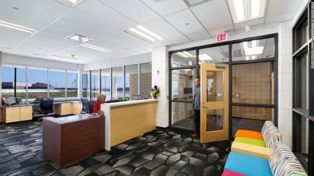 En una escuela primaria en Zanesville, Ohio, los visitantes ingresan a un vestíbulo cerrado conectado a la oficina cuando entran a la escuela.