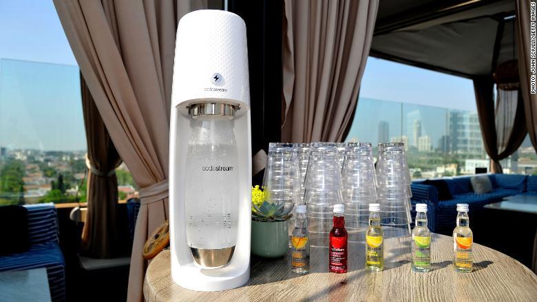 SodaStream fabrica máquinas para hacer agua con gas en casa.
