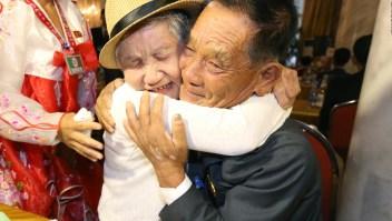 Madre se reencuentra con su hijo después de 68 años