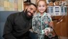 Mira cómo Drake sorprende a una pequeña fan en el hospital