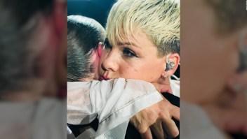 Pink detiene uno de sus concierto para consolar a una fan
